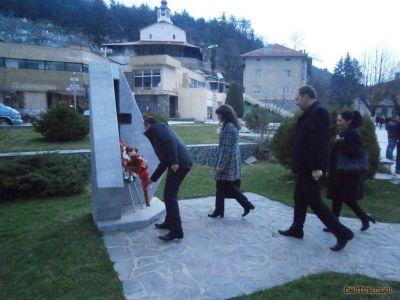 Кметът Радослав Ревански поднася цветя